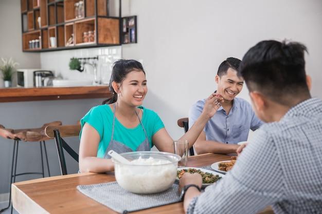 昼食をとっているアジア人のグループ