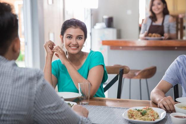 昼食をとるアジア人