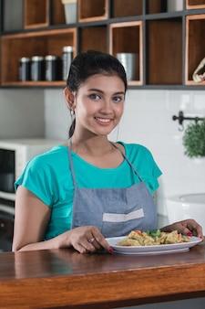昼食のための食糧を準備する家の妻