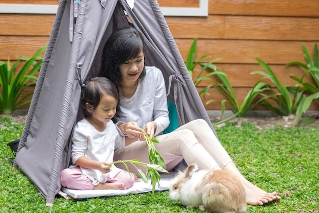 母と娘のウサギの餌