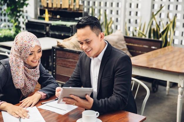 Встреча азиатской бизнес-команды в кафе