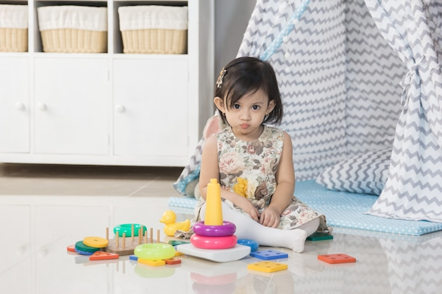 家でおもちゃで遊ぶ幼児