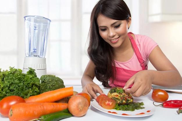 Портрет приготовления женщины на кухне