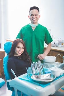 Мужской стоматолог и инструменты над медицинский кабинет клиники