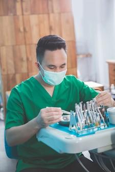 Мужской стоматолог, подготовка инструментов