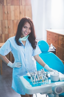 Женский стоматолог улыбка