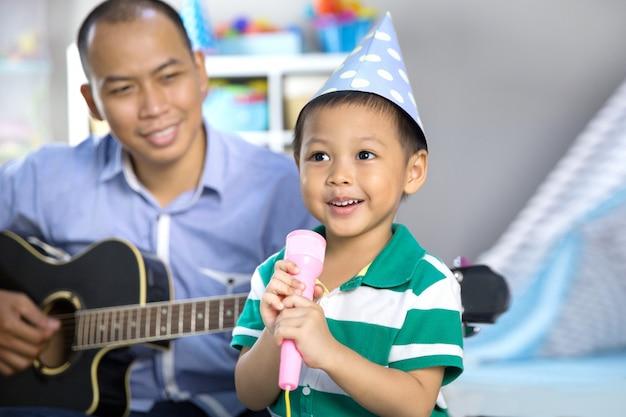 息子のコンセプトで音楽を演奏する