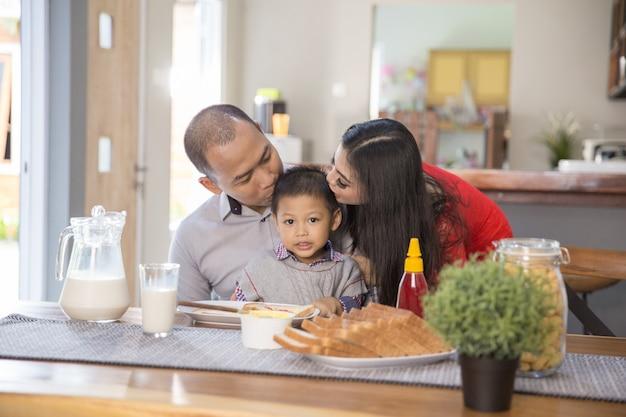 家族と一緒に朝食をとる