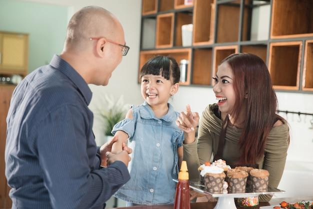 キッチンで親と一緒に料理をしている子供