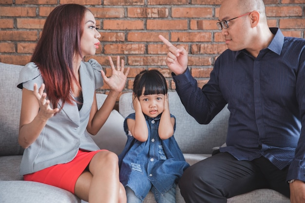 パパは妻と論争しています