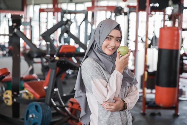健康的なアジアのイスラム教徒の女性ヒジャーブ