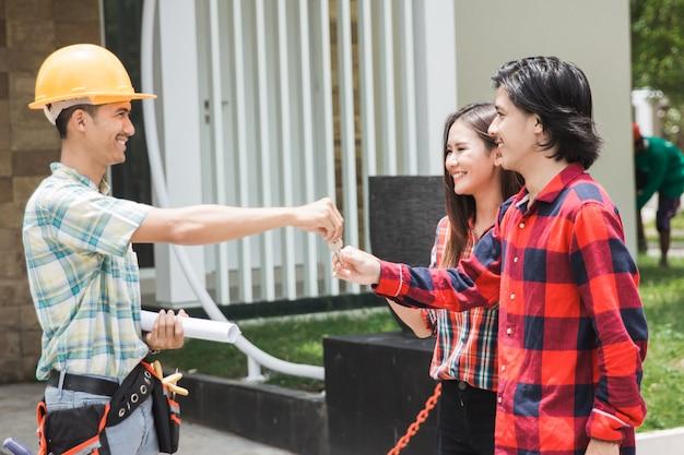 家の所有者を歓迎する建設労働者