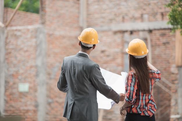 建設計画を議論するデザイナー