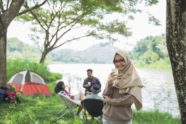 キャンプしながら笑顔の女性