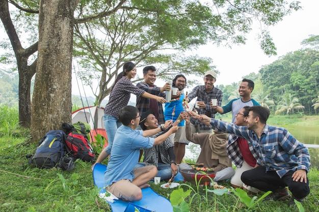 森でキャンプしながらバーベキュー