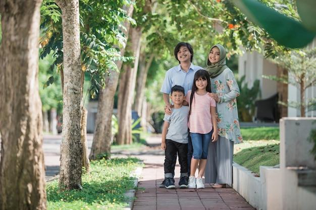 若いアジアのイスラム教徒の家族