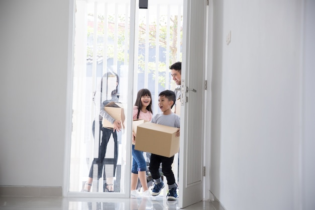 新しい家に引っ越す家族