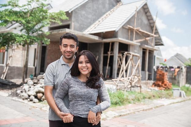 ほぼ完成した家をカップルします。