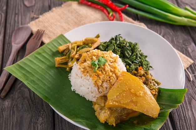 Наси паданг индонезийская еда