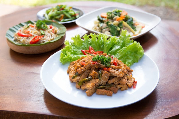 Различные индонезийские блюда на столе