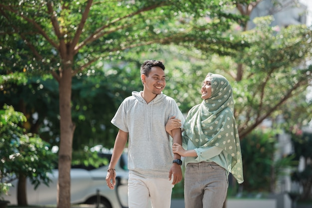 イスラム教徒のカップルが一緒に歩く