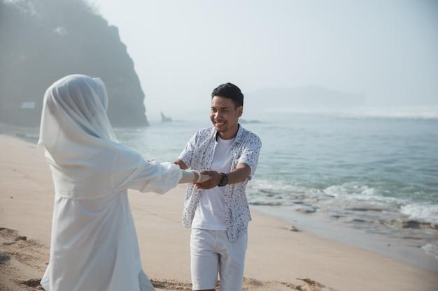 イスラム教徒のカップルが楽しんで