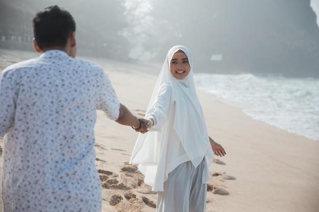 ロマンチックなイスラム教徒のカップルが手を握って