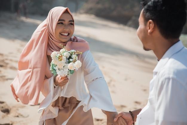 一緒にビーチでイスラム教徒のカップル