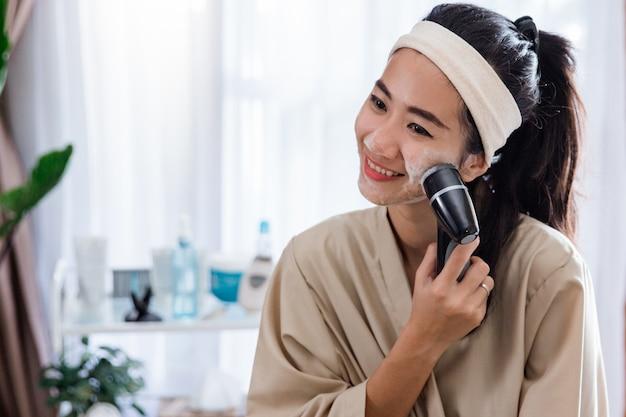 電気洗顔機を使用して女性