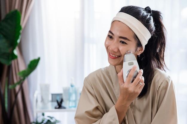 自分の皮膚治療をしている女性