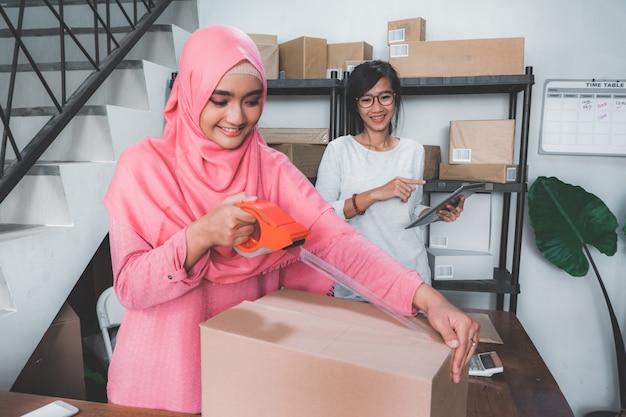 小規模オフィスの女性ビジネスパートナー