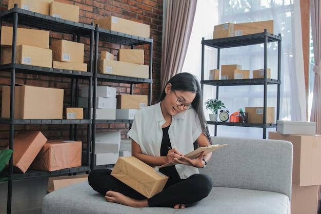 ホムでスマートフォンの仕事でアジアの実業家呼び出しの肖像画