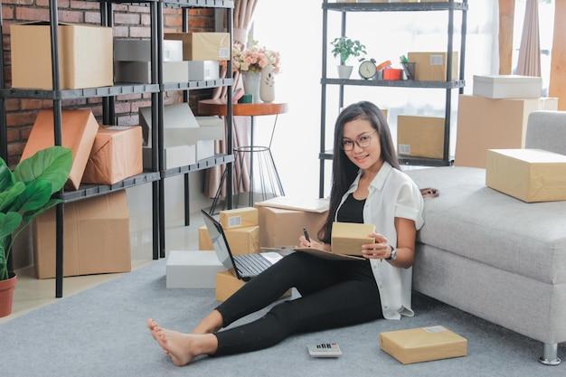 自宅でラップトップの仕事を使用して若い実業家