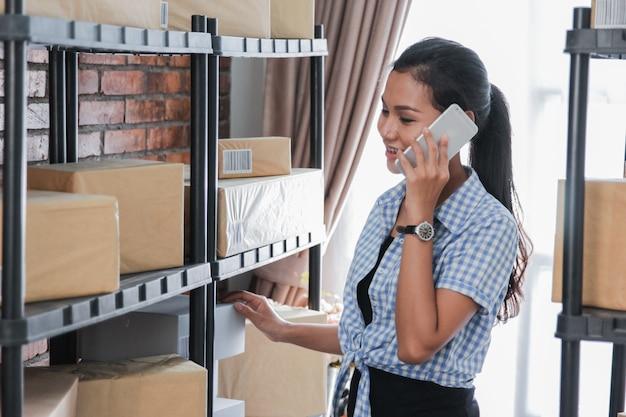 忙しいアジアの女性のオンライン販売