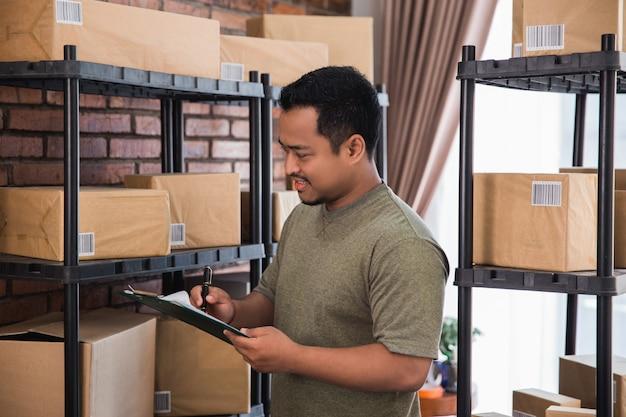 自宅での作業と配送パッケージの確認