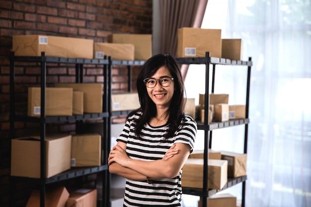 若いオンラインビジネス所有者の肖像画