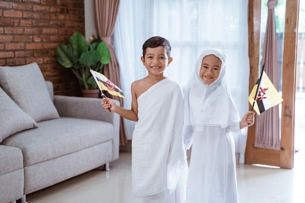 イスラム教徒のイフラム服とドレスを着ている子供