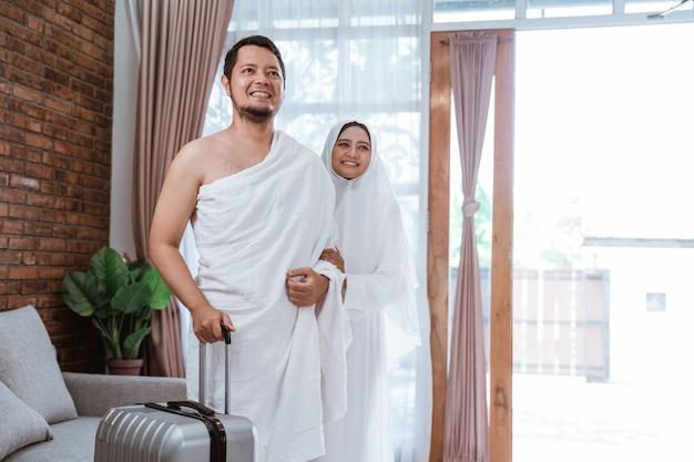 イスラム教徒の巡礼者の妻と夫がウムラの準備ができて