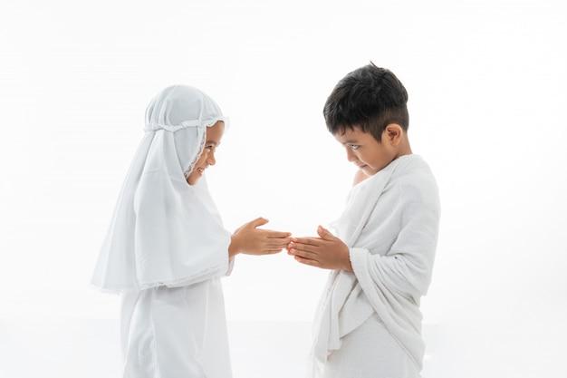 イスラム教徒のアジアの子供たちが手を振る