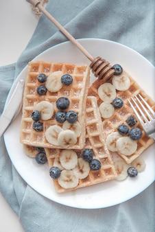 ブルーベリーバナナワッフル蜂蜜朝食