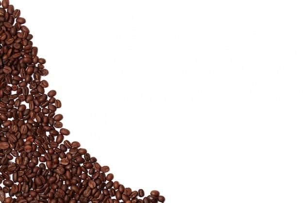 Кофейные зерна на белом фоне границы углу место для рекламного текста