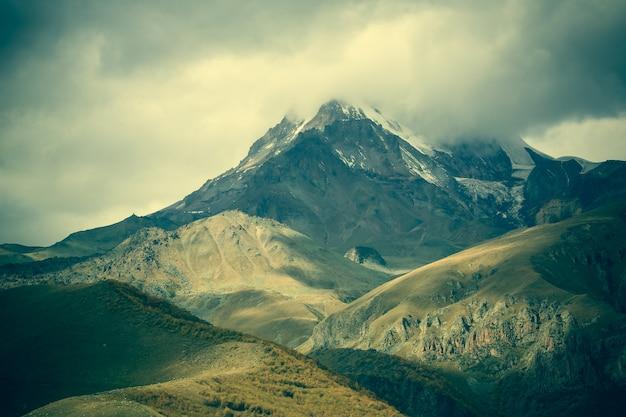 山々神秘的な魔法の背景
