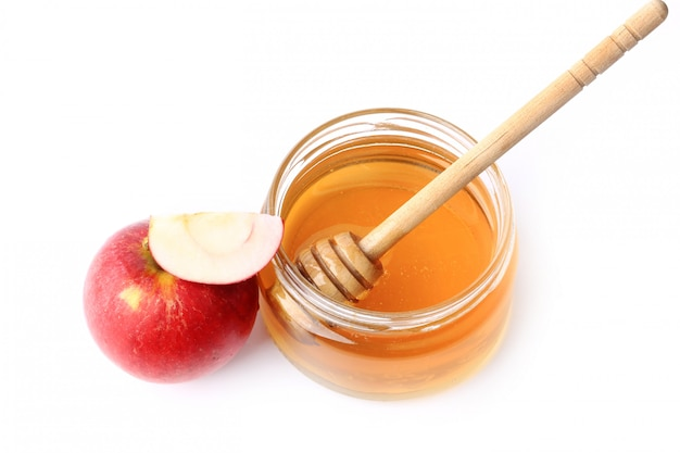 Яблоко с медом на белом фоне
