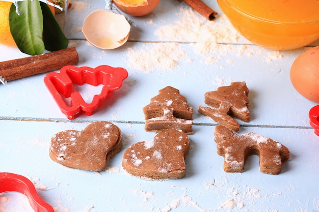 Приготовление имбирного печенья на рождество для домашней выпечки на светлом деревянном фоне селективного мягкого фокуса в деревенском стиле