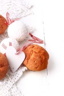 カップケーキ素朴な木製ハートホワイト木製レトロビンテージバレンタイン愛の朝食