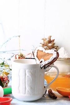 Рождественский кофе с имбирным печеньем в виде сердца домашней выпечки