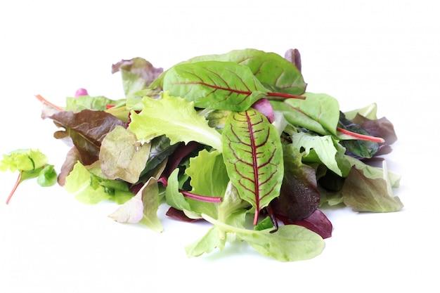 白い背景エコ有機健康的なライフスタイルに分離されたグリーンサラダをミックスします。