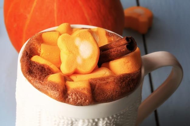 Коктейль из латте с тыквой и специями с зефиром осень-зима горячий напиток