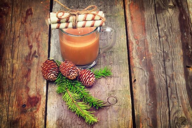 クリスマスコーン古いレトロなビンテージウッドの背景とモミのミルクブランチ