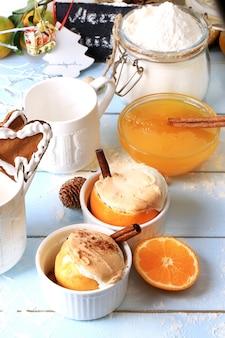Рождественский десерт запеченный с корицей оранжевый винтажный деревянный фон винтажный стиль ретро тонированное фото селективный мягкий фокус